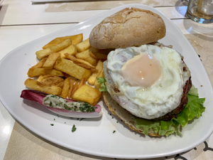 Hamburgueserías en Pamplona: Bi sisters. Hamburguesa Bi Sisters con huevo