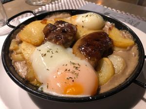 Sartén de de foie caramelizado con salsa de setas y hongos, patatas confitadas y huevos a baja temperatura Akari cervecerías en Pamplona