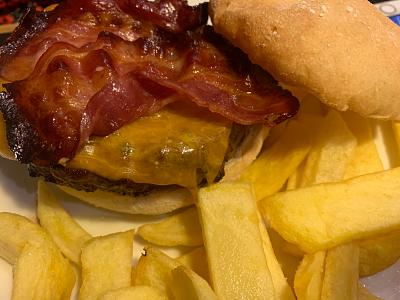 Hamburguesa al gusto con cheddar y bacon