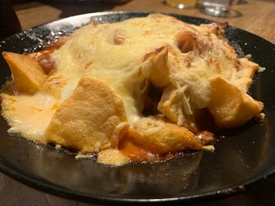 Patatas con tomate y queso