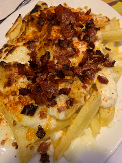 Patatas con queso y bacon