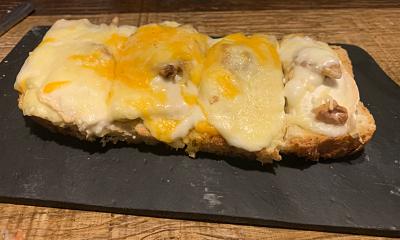 Tostada cuatro quesos