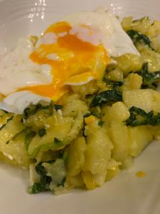 Huevos rotos con espinacas y queso de cabra