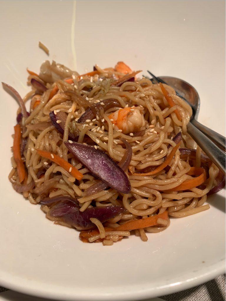 Yakisobas al wok con verduritas, calamar y langostinos