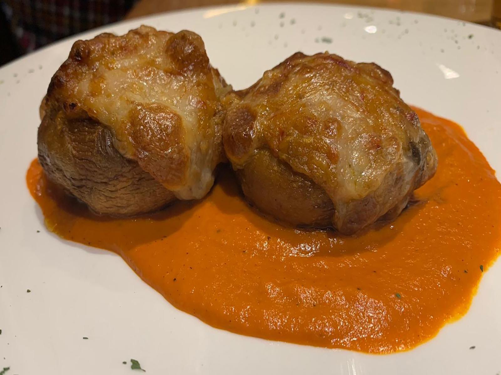 Champiñones rellenos de cremoso y salsa de piquillos