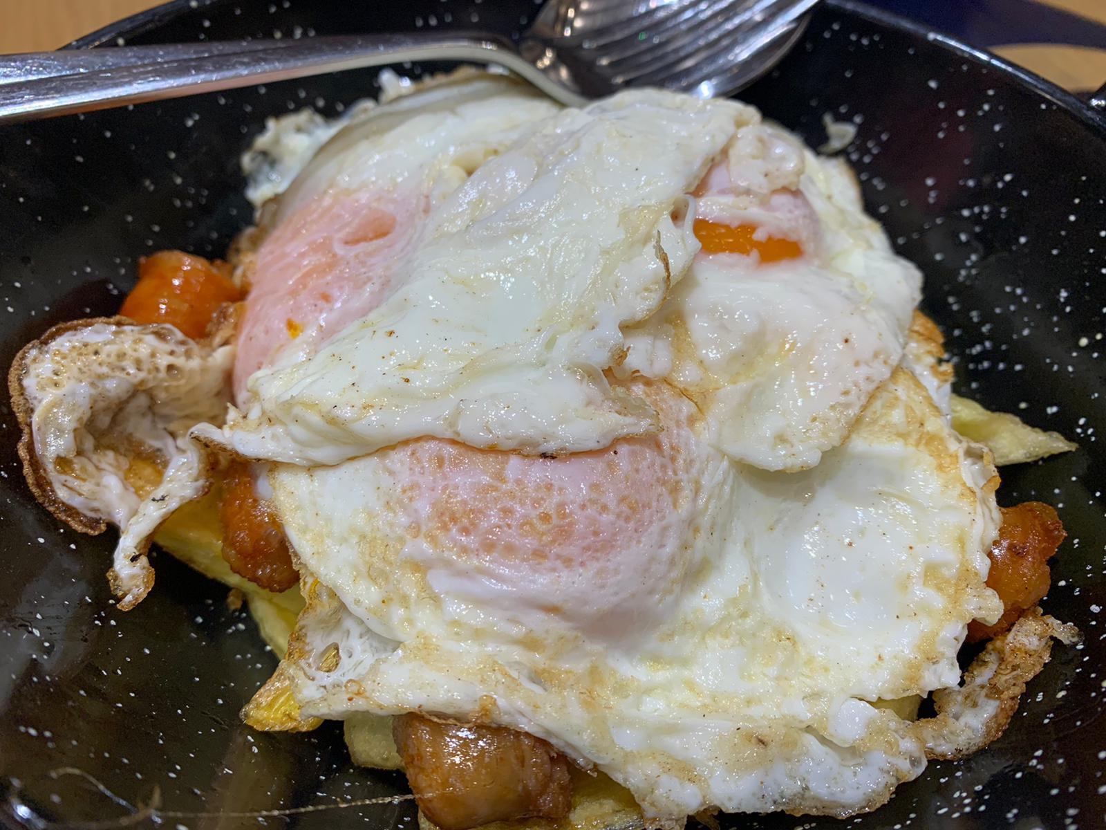 Huevos rotos con txistorra