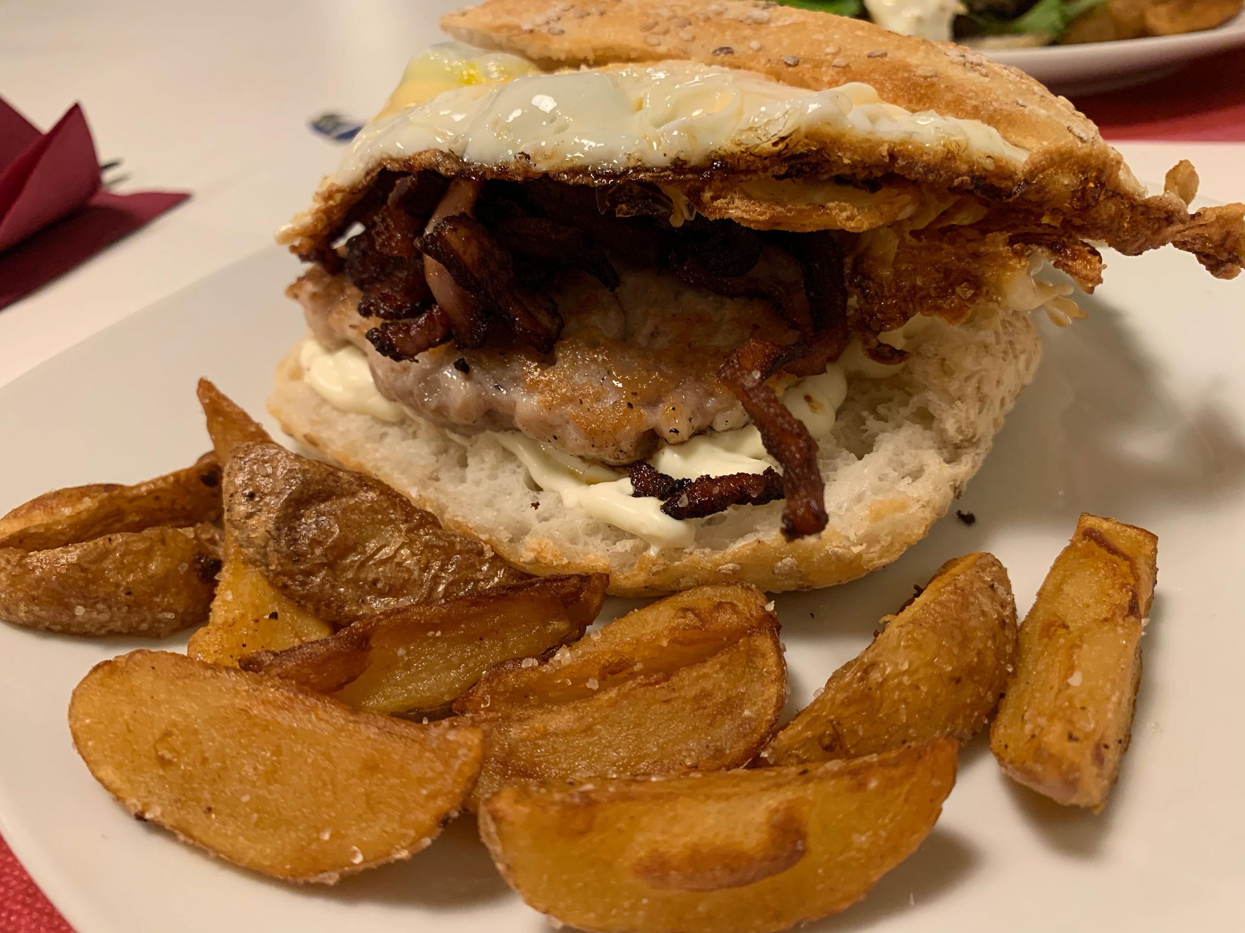 Hamburguesa de pollo con alioli, chutney de bacon y huevo campero frito