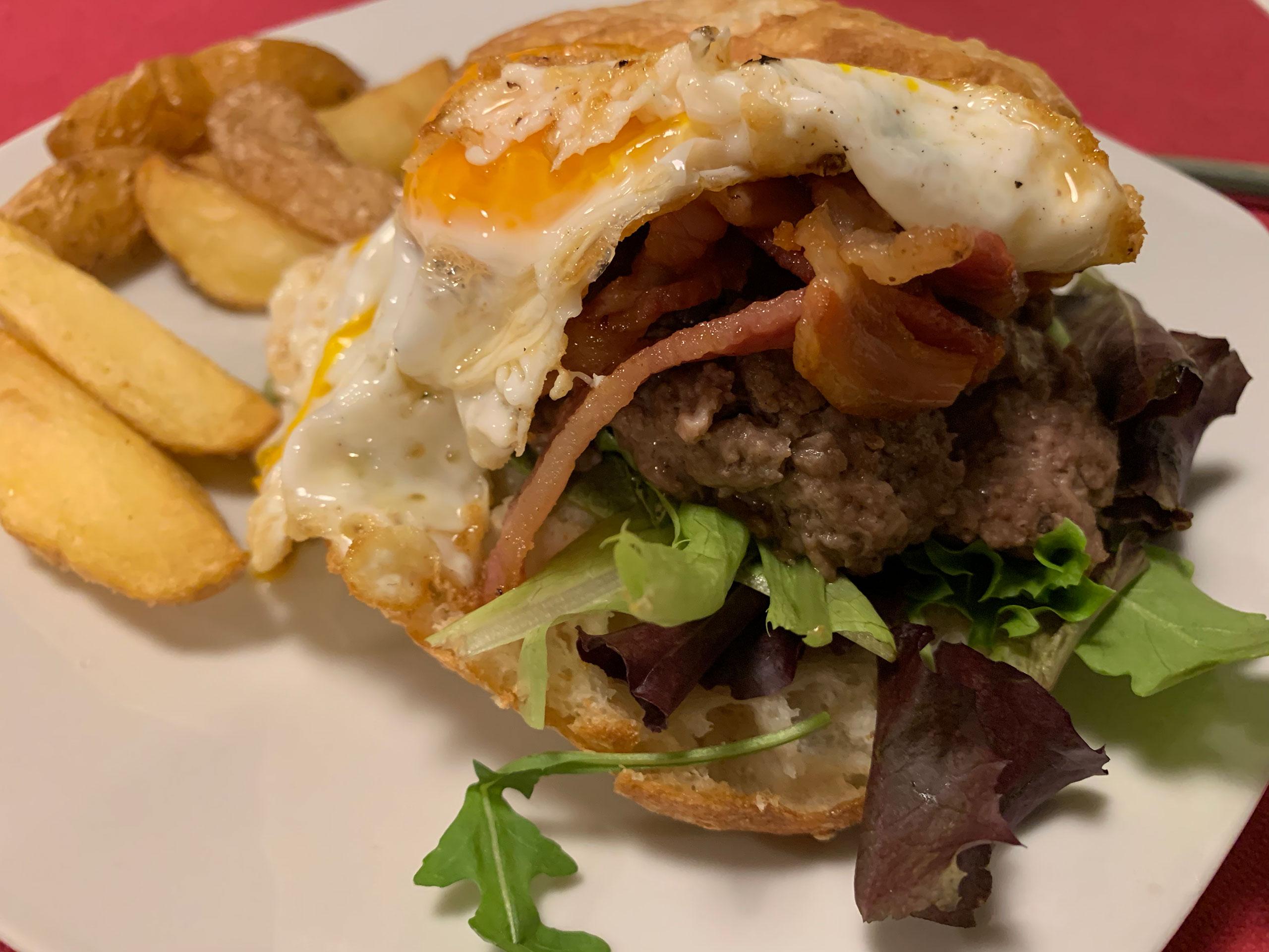 Hamburguesa de ternera y mozarella con lechuga, chutney de bacon y huevo campero frito