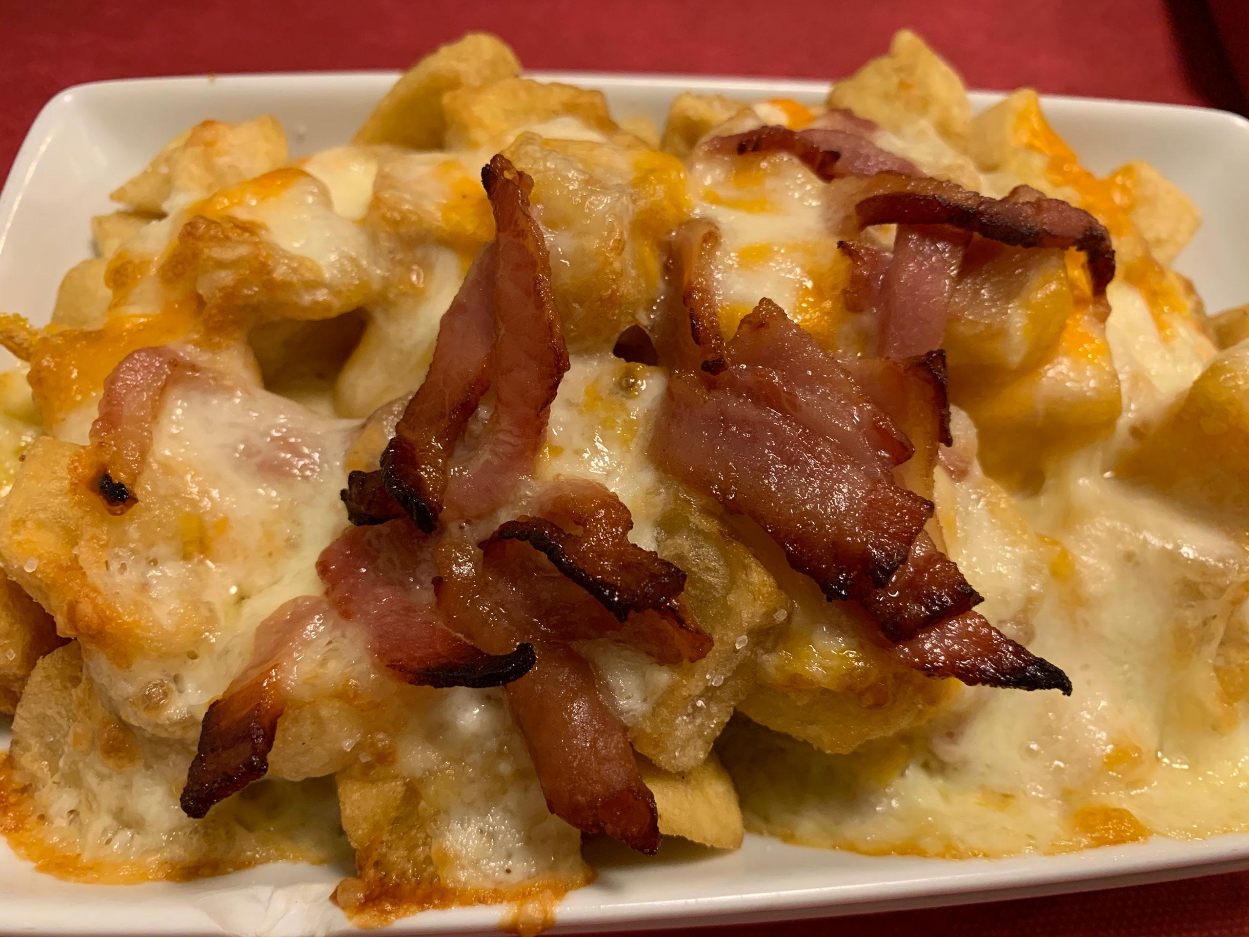 Patatas con chutney de bacon crujiente y queso