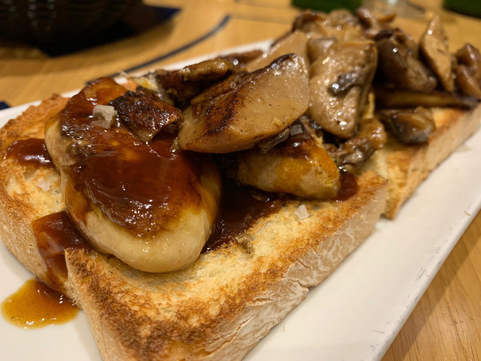 Tosta de foie y hongos en La Mandarra de la Ramos